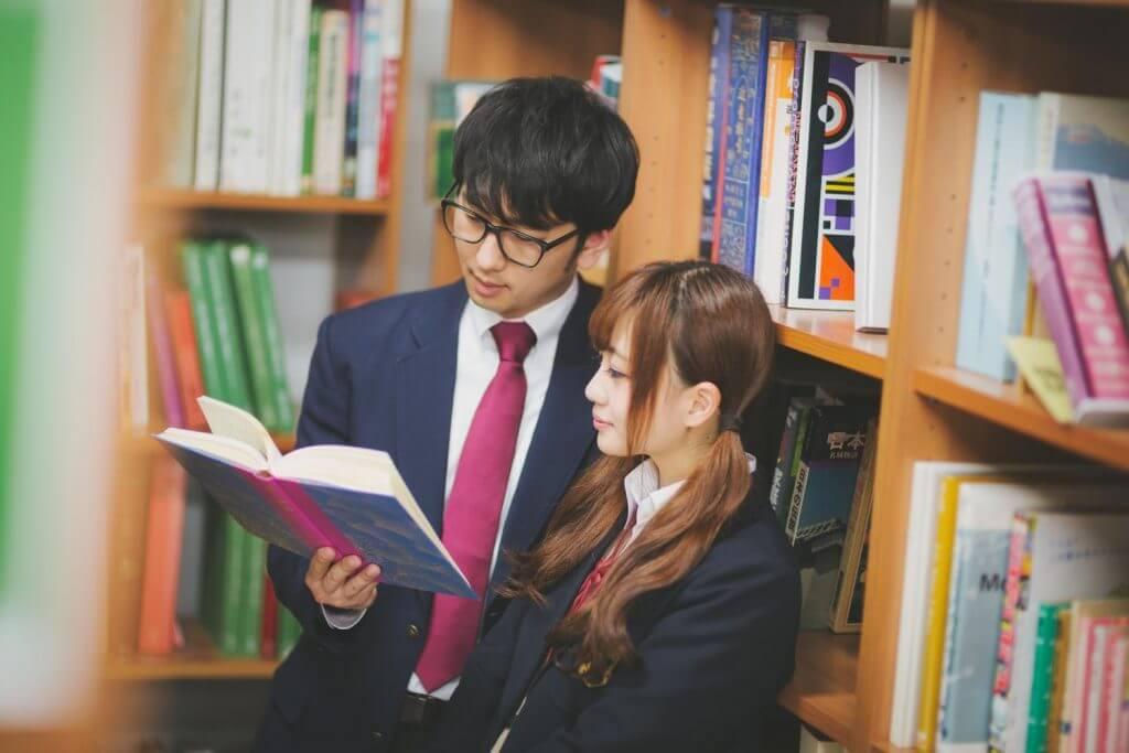 図書館で本を読む生徒