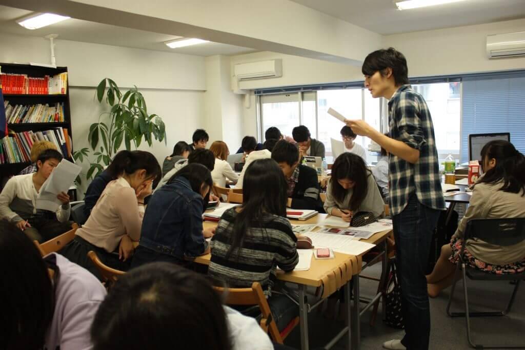 総合型選抜について説明する講師