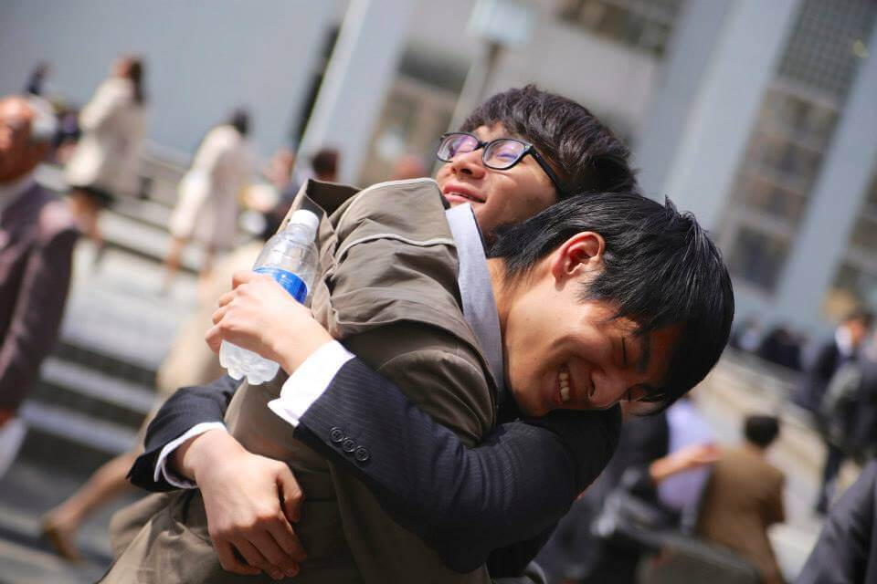 合格に喜び抱き合う生徒と講師