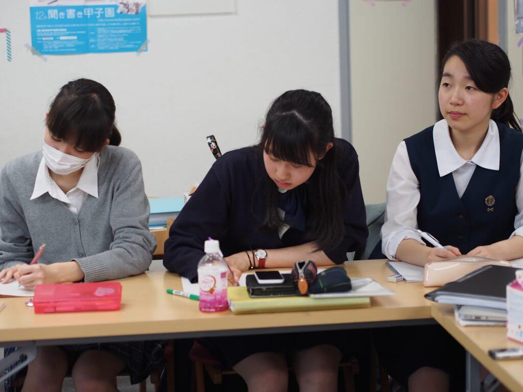 英語対策についてメモを取る生徒