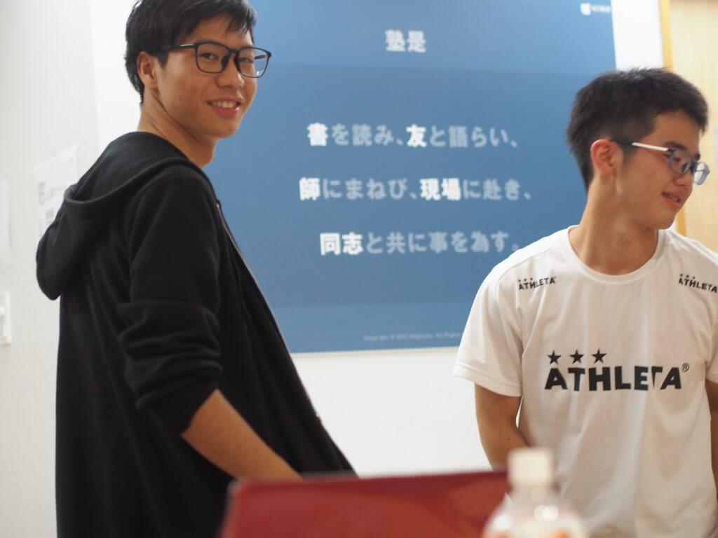 講義中の講師と生徒