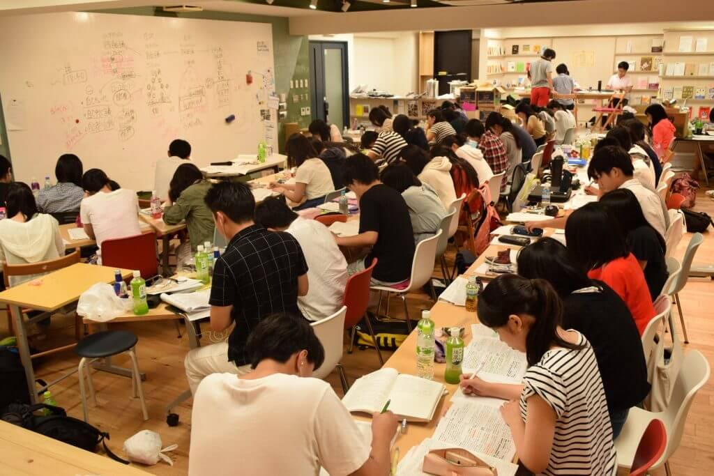 集団授業を受ける大勢の生徒
