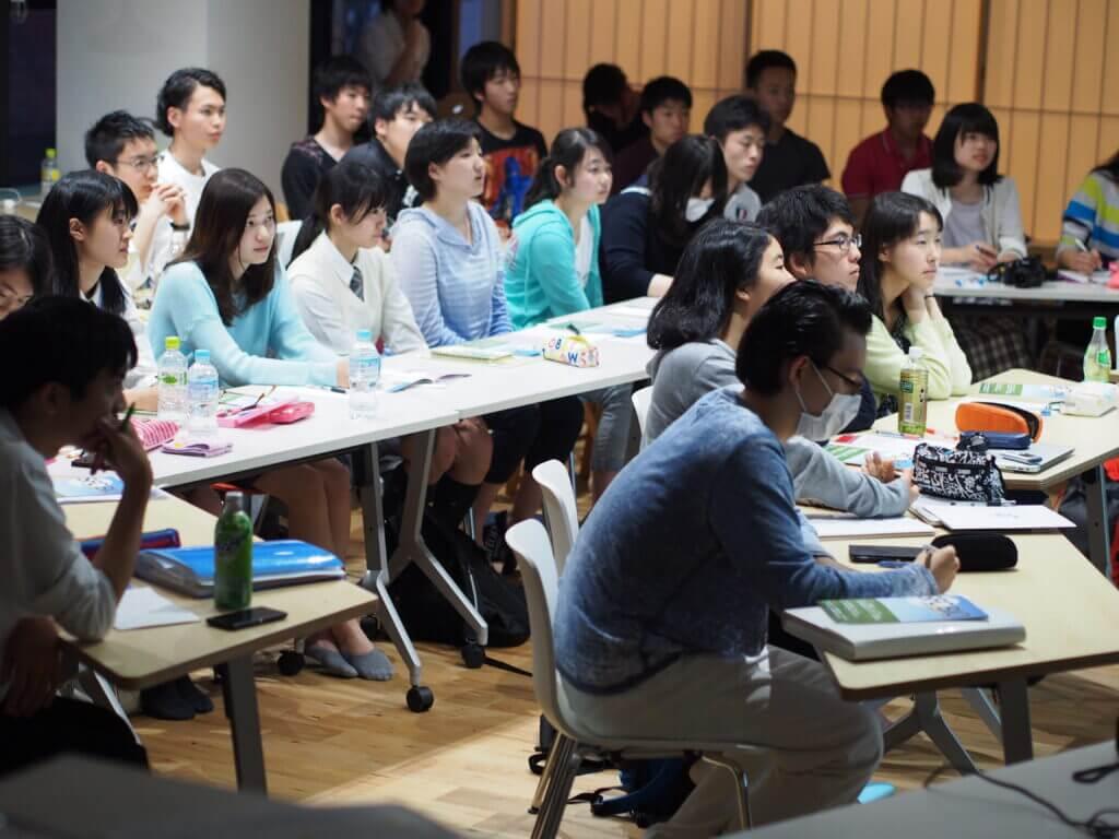 講義を聞く大勢の生徒
