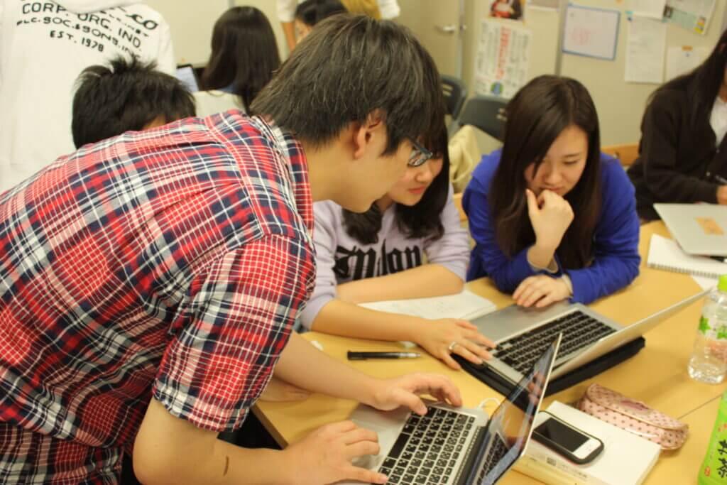 パソコンにメモを取る生徒