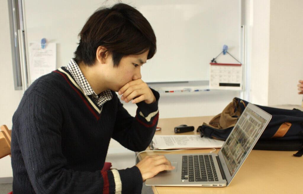 パソコンで調べ物をする生徒